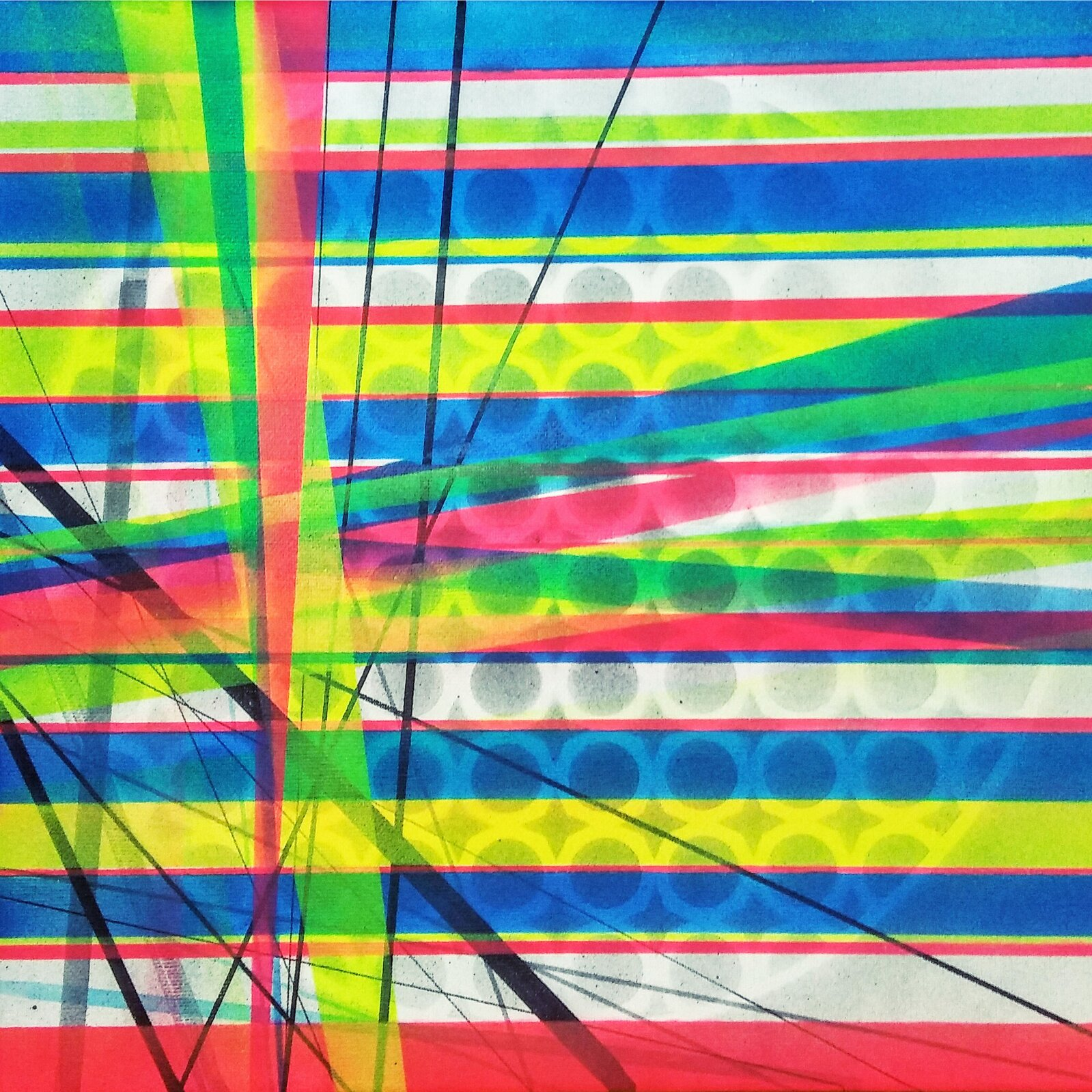"""Ilustracja przedstawia obraz """"city light 1"""" autorstwa Iwony Szpak. Abstrakcyjna kompozycja składa się zpoziomych różowych, niebieskich, szarych iżółtych pasów przez które przebija deseń białych kółek ułożonych na płaszczyźnie dużego koła. Pozioma kompozycja poprzecinana została skośnymi różowymi, zielonymi, niebieskimi iczarnymi liniami oróżnej grubości co wraz zjaskrawością barw nadaje obrazowi wrażenie dynamiki. Praca została wykonana wtechnice spray na płótnie."""