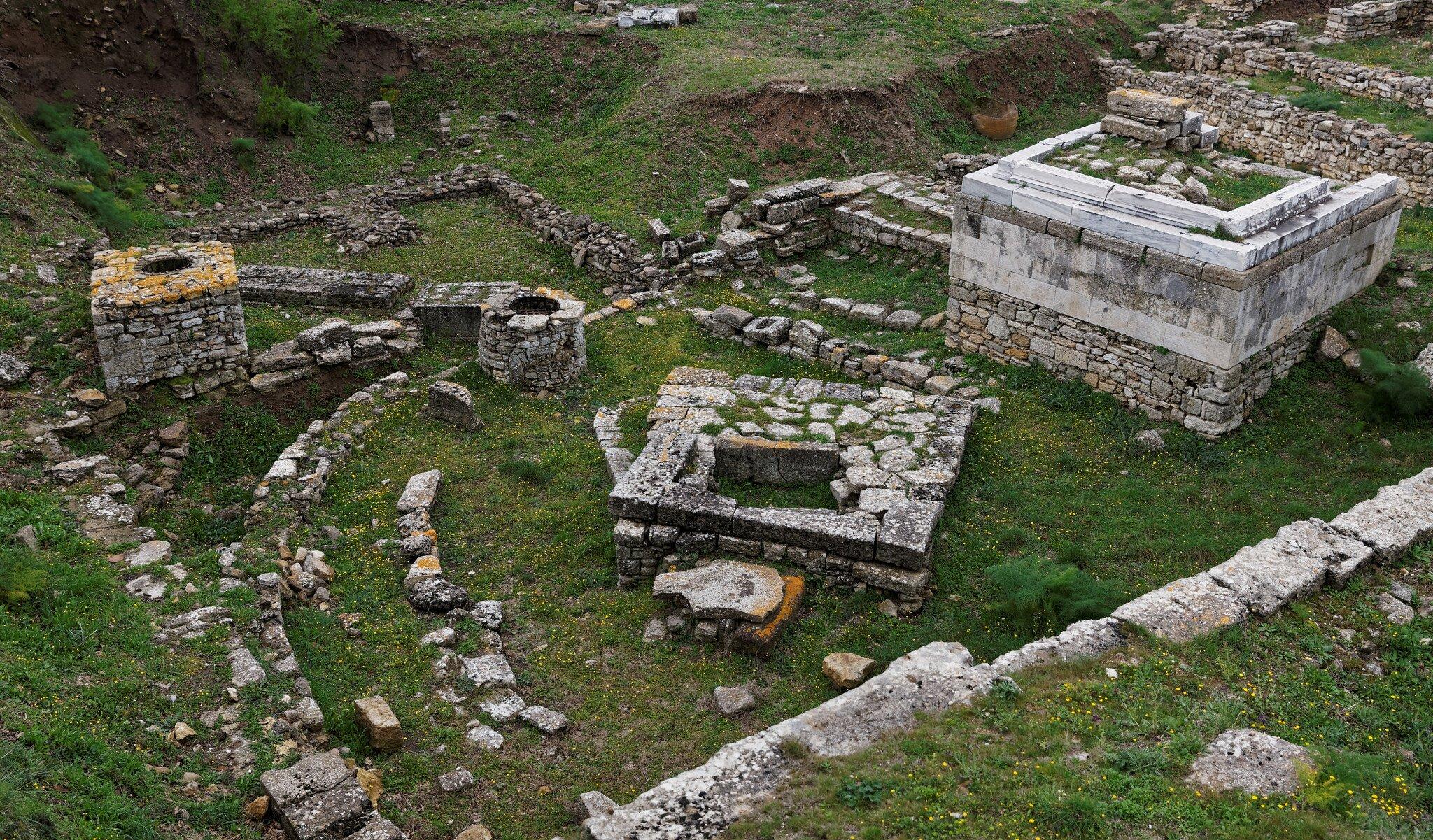 Mury obronne dawnej Troi Starożytna Troja leży naterenie dzisiejszej Turcji. Archeolodzy próbują odtworzyć wygląd miasta zczasów wojny opiękną Helenę. Źródło: Viktor Karppinen, Mury obronne dawnej Troi, fotografia barwna, licencja: CC BY-NC-ND 2.0.