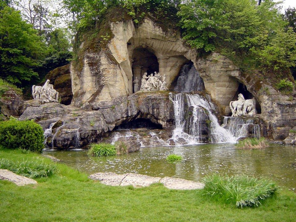 Grota Apolla wparku wersalskim Grota Apolla wparku wersalskim Źródło: koakoo, domena publiczna.