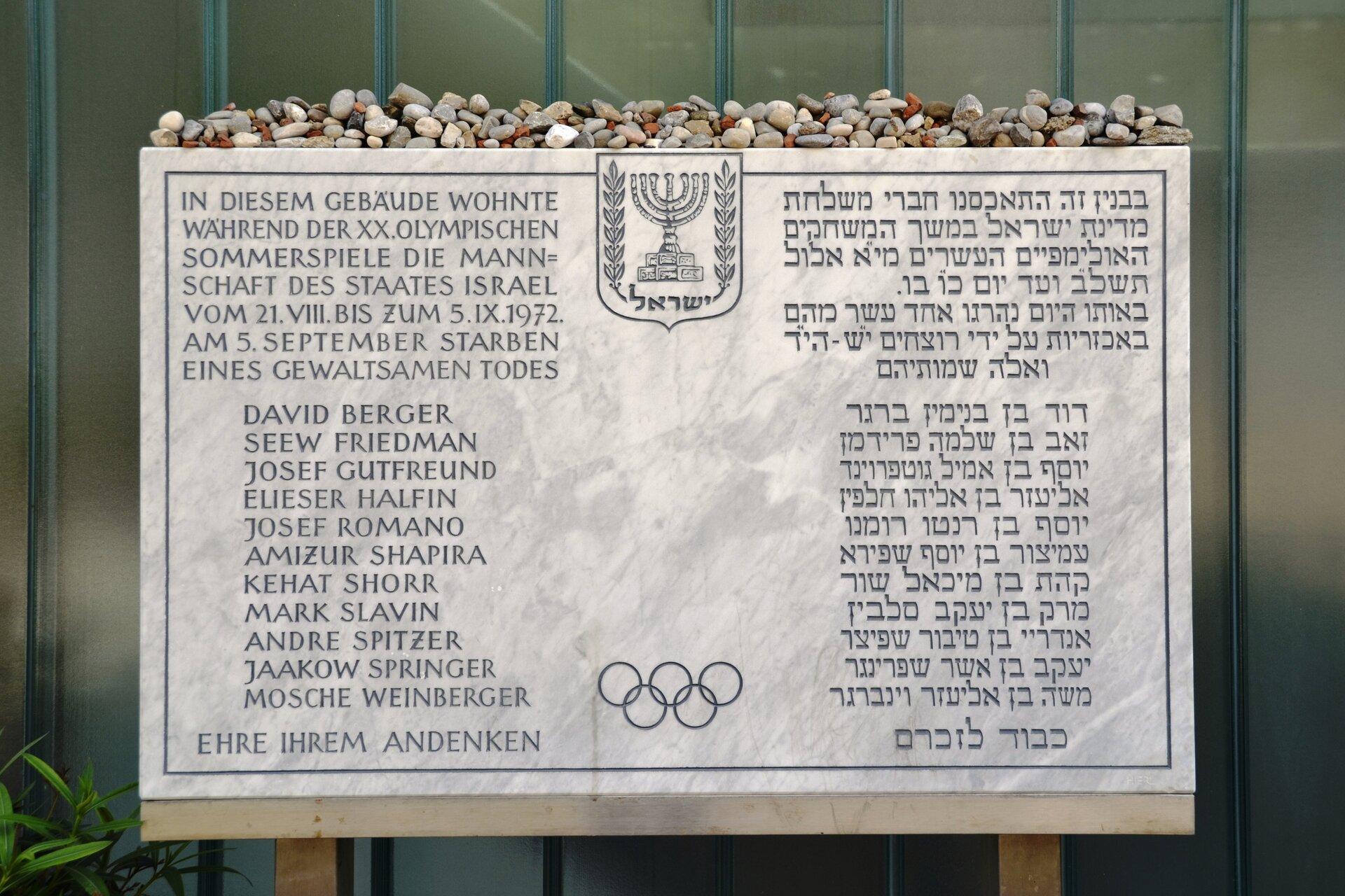 Tablica upamiętniająca tragedię izraelskich sportowców, znajdująca sięprzy stadionie olimpijskim wMonachium Tablica upamiętniająca tragedię izraelskich sportowców, znajdująca sięprzy stadionie olimpijskim wMonachium Źródło: High Contrast, Fotografia, licencja: CC BY-SA 3.0.