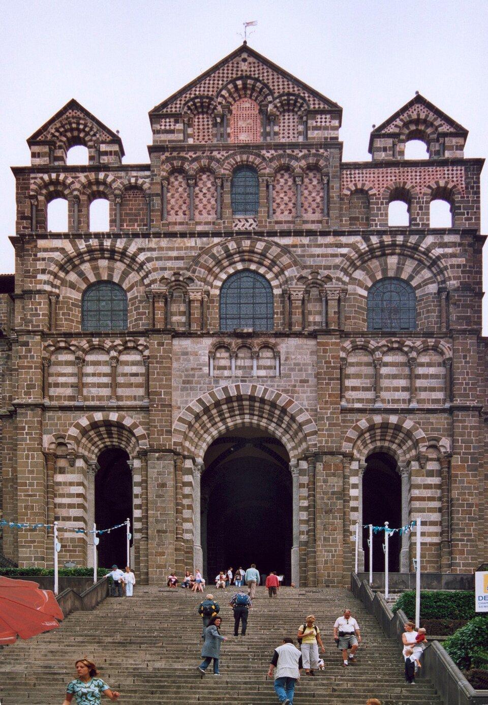 Katedra wLe Puy-en-Velay, Owernia, 1 poł. XII w. Źródło: Patrick Giraud, Katedra wLe Puy-en-Velay, Owernia, 1 poł. XII w., licencja: CC BY-SA 1.0.