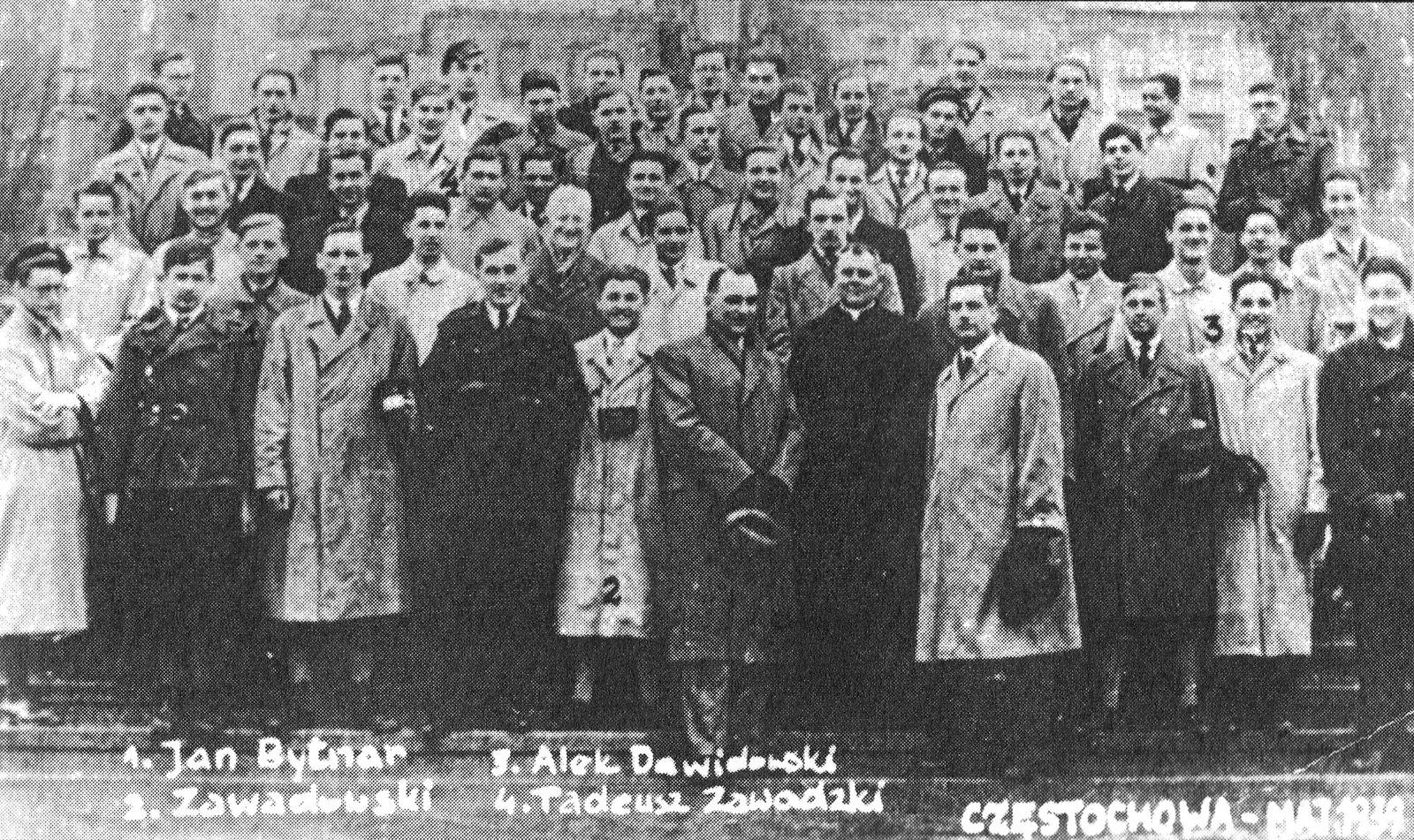 """Przedmaturalna pielgrzymka klasy Rudego, Alka iZośki na Jasną Górę wmaju 1939, [w:] Barbara Wachowicz, Rudy, Alek, Zośka. Gawęda obohaterach""""Kamieni na szaniec"""" Przedmaturalna pielgrzymka klasy Rudego, Alka iZośki na Jasną Górę wmaju 1939, [w:] Barbara Wachowicz, Rudy, Alek, Zośka. Gawęda obohaterach""""Kamieni na szaniec"""" Źródło: 1939, zdjęcie archiwalne, domena publiczna."""