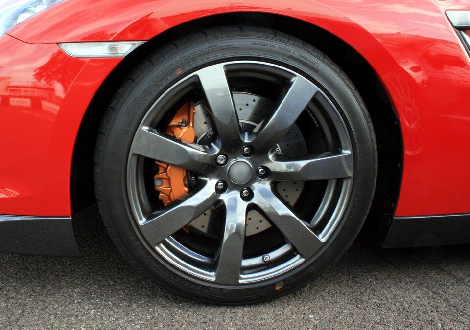 Tarcie jest znacznie mniejsze podczas toczenia, niż przesuwania. Dlatego samochody ipociągi poruszają się na kołach. Ztego samego powodu łatwiej jest ciągnąć ciężką walizkę na kółkach niż gdyby leżała bezpośrednio na ziemi