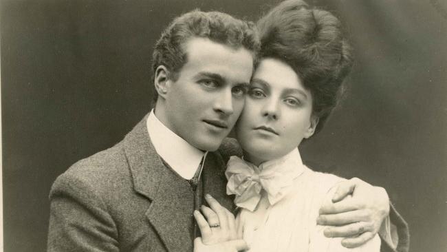 Australijski terapeuta Lionel Logue ijego narzeczona Myrtle Gruenert Źródło: Australijski terapeuta Lionel Logue ijego narzeczona Myrtle Gruenert, 1906, domena publiczna.