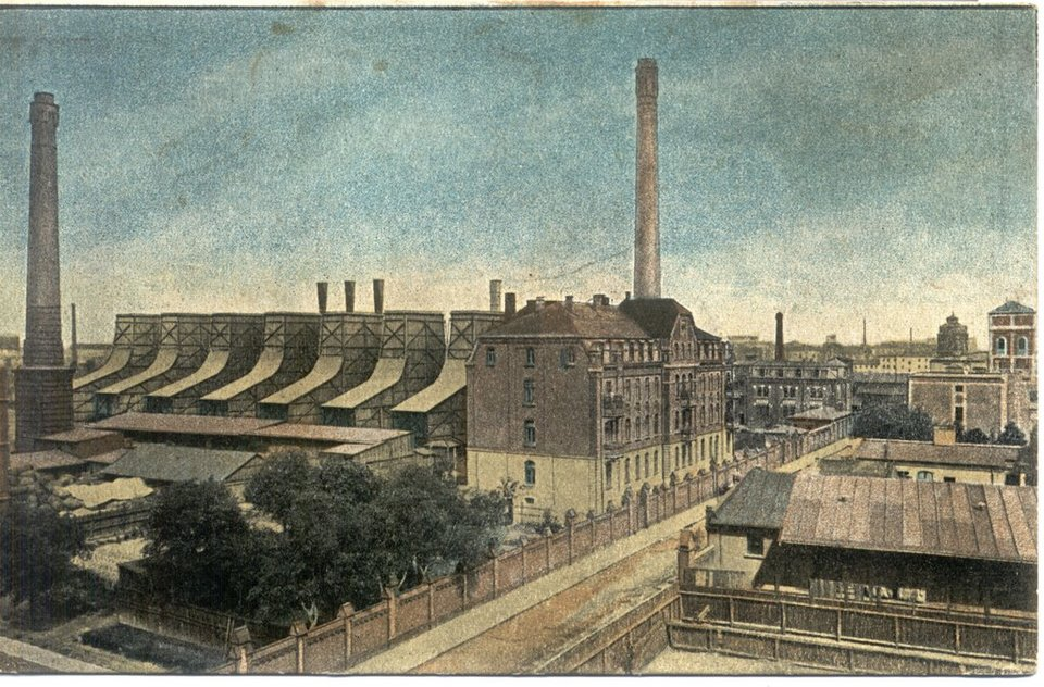 pocztówka przedstawiająca elektrownię miejską przy ul. Targowej 1/3 Źródło: Wkacz, pocztówka przedstawiająca elektrownię miejską przy ul. Targowej 1/3 , domena publiczna.