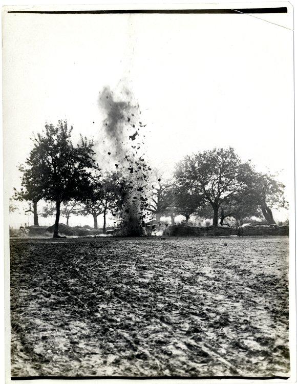 Eksplodująca mina Źródło: Charles Hilton De Witt Girdwood, Eksplodująca mina, 1915, British Library, domena publiczna.