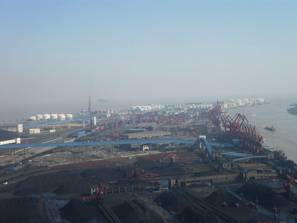 Na zdjęciu rozległe tereny portowe, zabudowania portowe.