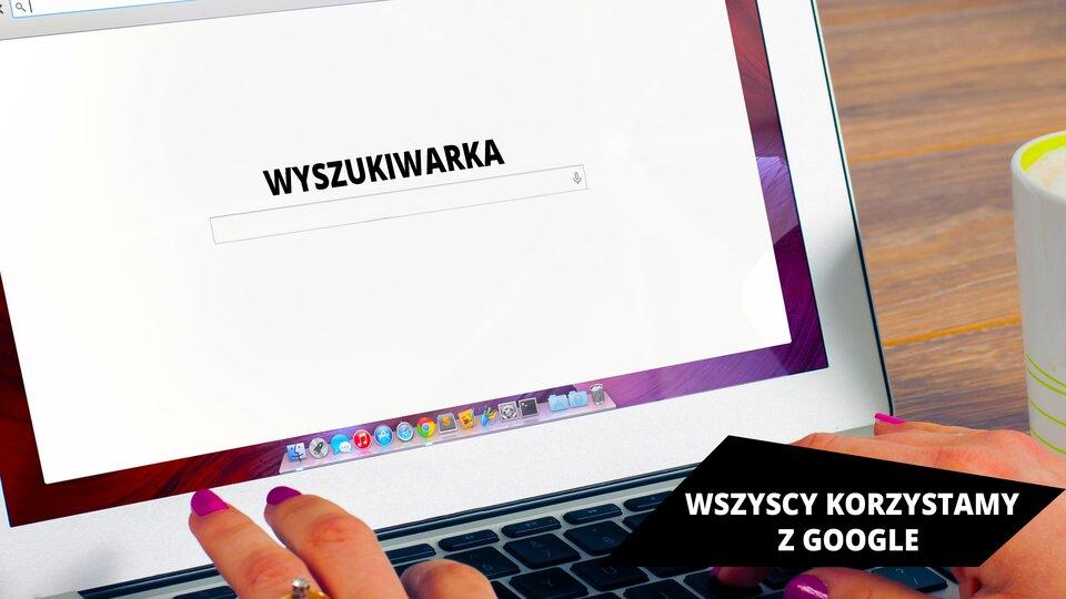 """Ilustracja przedstawia okno wyszukiwarki wprzeglądarce internetowej. Okno wyszukiwarki zawiera pośrodku pole wyszukiwania, anad nim napis """"WYSZUKIWARKA"""". Widać również, że okno wyszukiwarki jest wyświetlane na ekranie laptopa, którego obudowa jest wkolorze białym. Poniżej widać damskie dłonie znajdujące się na klawiaturze. Wprawym rogu zdjęcia widać fragment kubka, awtle blat brązowego biurka. Wprawym dolnym rogu ilustracji znajduje się napis """"WSZYSCY KORZYSTAMY ZGOOGLE""""."""