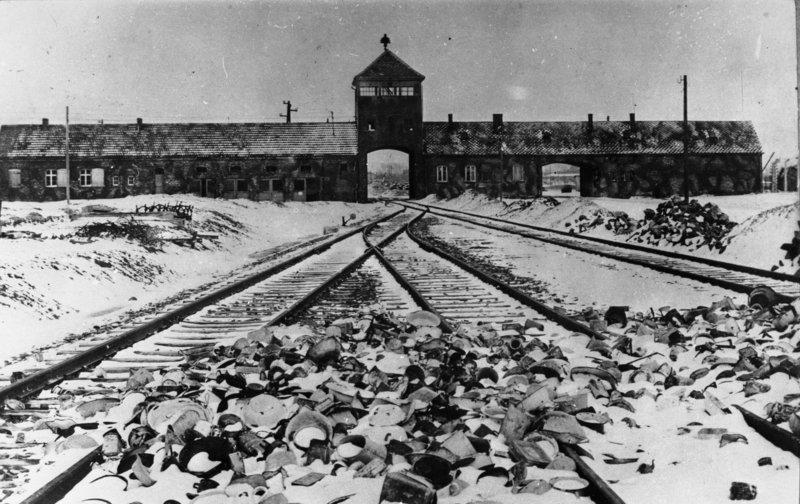 Tory kolejowe prowadzące go Auschwitz-Birkenau Źródło: Stanislaw Mucha, Tory kolejowe prowadzące go Auschwitz-Birkenau, licencja: CC BY-SA 3.0.