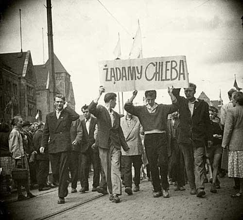 Manifestacja na ul. Armii Czerwonej (obecnie Święty Marcin) Źródło: Manifestacja na ul. Armii Czerwonej (obecnie Święty Marcin), Fotografia, domena publiczna.