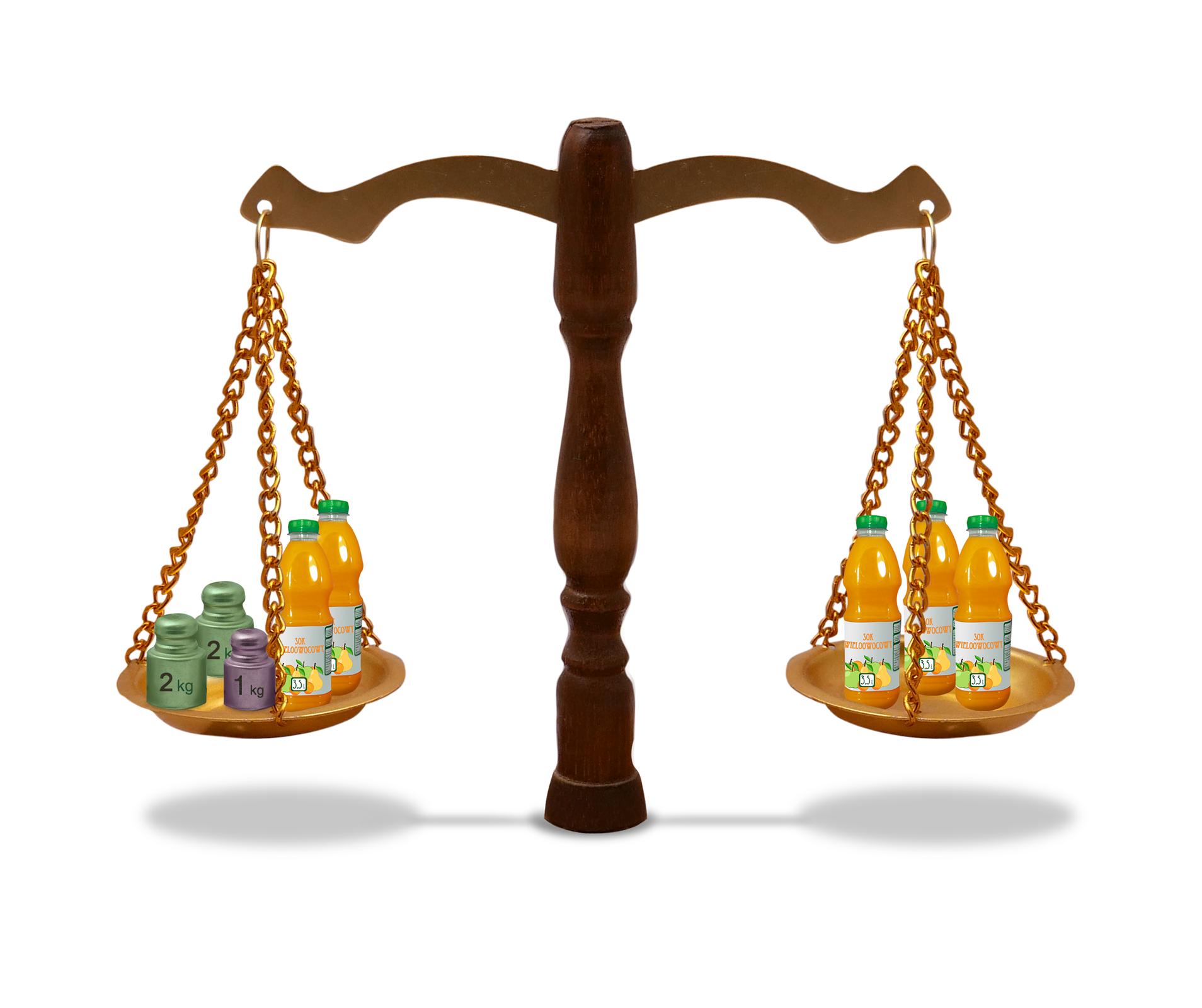 Rysunek wagi szalkowej. Na jednej szalce dwie butelki soku iodważniki 1 kg, 2 kg, 2 kg. Na drugiej szalce trzy butelki soku.