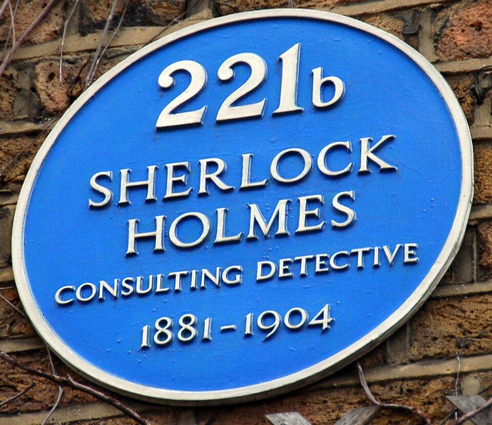 """""""Sherlock Holmes – doradca detektywistyczny"""". Tabliczka wmuzeum Sherlocka Holmesa przy Baker Street 221b wLondynie. """"Sherlock Holmes – doradca detektywistyczny"""". Tabliczka wmuzeum Sherlocka Holmesa przy Baker Street 221b wLondynie. Źródło: Ralf Roletschek, fotografia barwna, licencja: CC BY-NC-ND 3.0."""