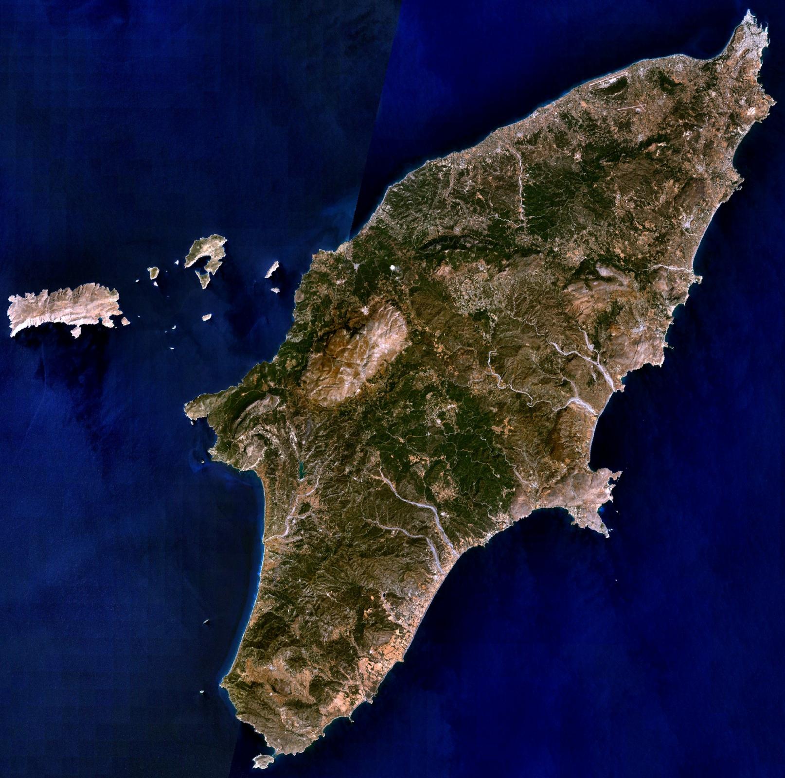Na zdjęciu satelitarnym podłużna górzysta wyspa.