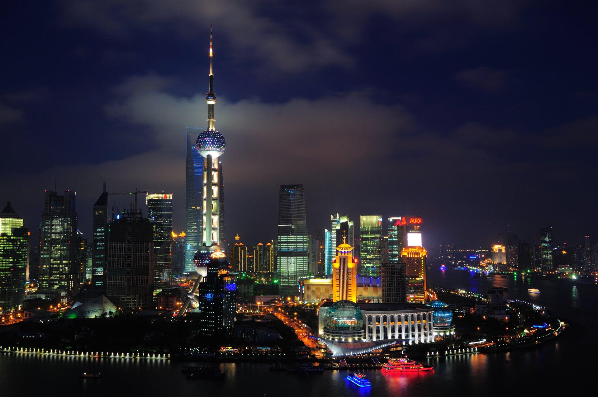 Na zdjęciu nowoczesne budynki, noc, kolorowe oświetlenie.