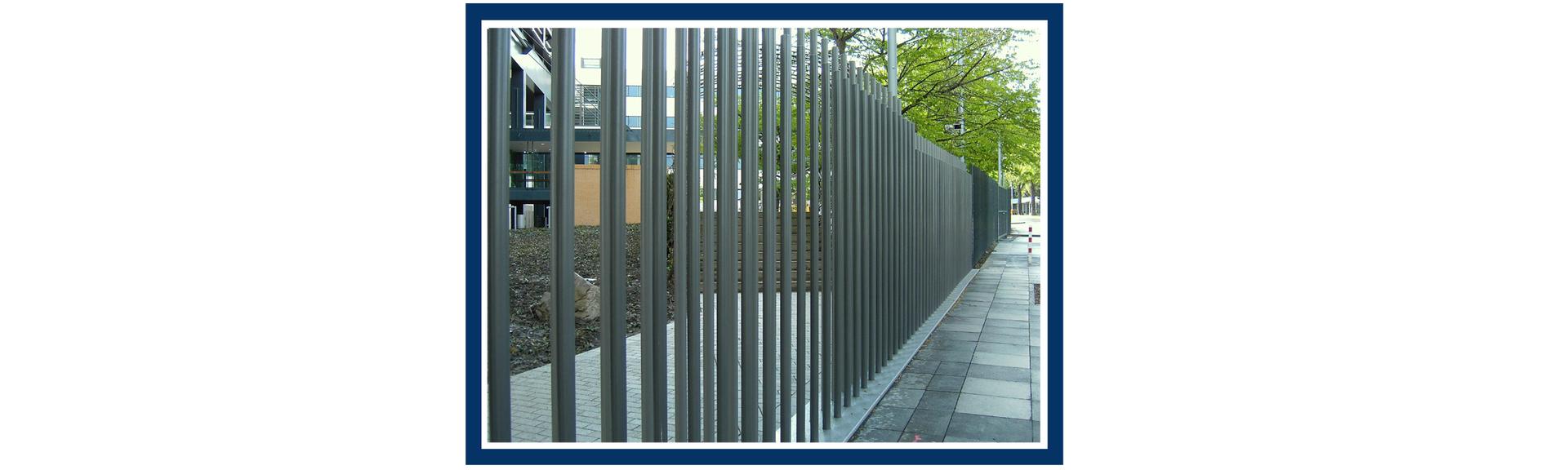 Rysunek ogrodzenia zbudowanego ztej samej wysokości ikształtu metalowych elementów.