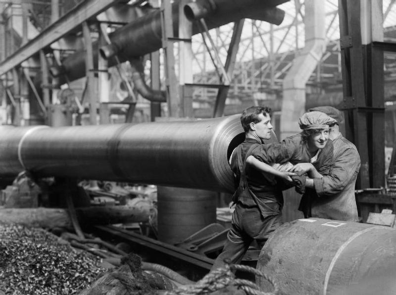 Pracownica wychodząca zlufy Źródło: Horace Nicholls, Pracownica wychodząca zlufy, 1914-1918, Imperial War Museums, domena publiczna.
