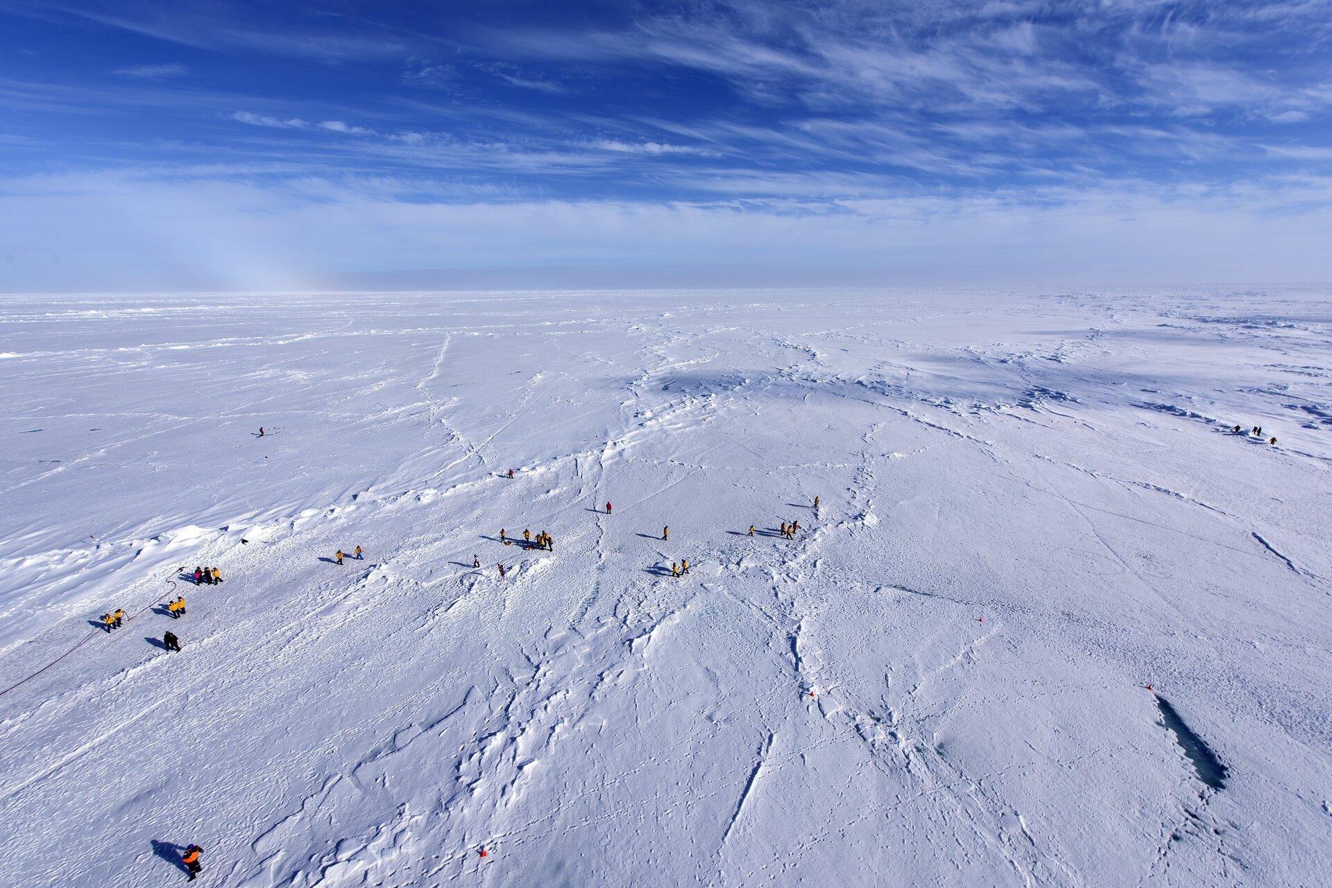 Fotografia prezentuje białą, płaską pokrywę lodowca na Oceanie Lodowatym.