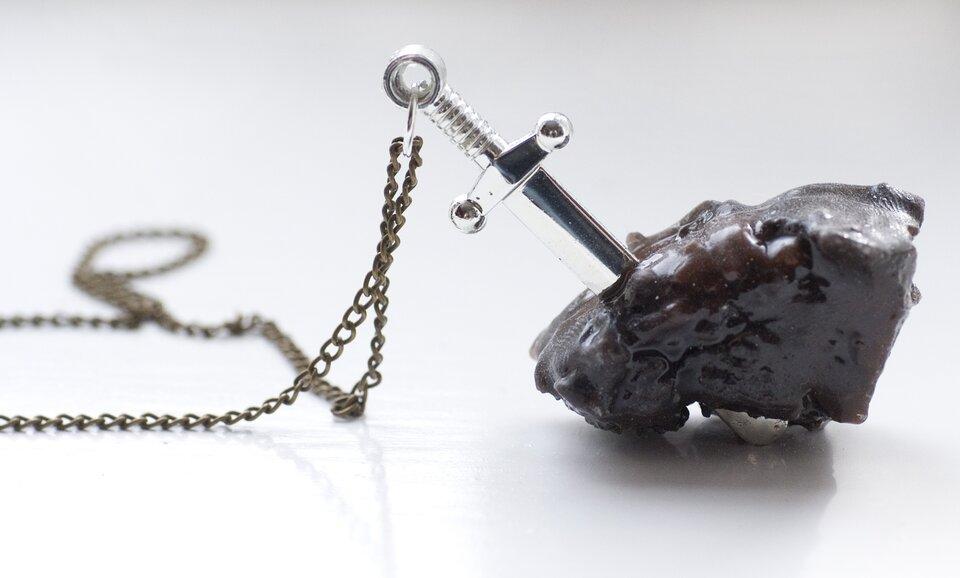 Projekt naszyjnika zmotywem Ekskalibura Projekt naszyjnika zmotywem Ekskalibura Źródło: Kerry Foster, biżuteria (fotografia barwna), licencja: CC BY-NC 2.0.