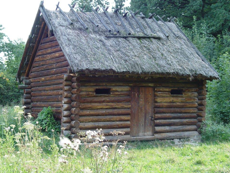 Na zdjęciu przedstawiona została rekonstrukcja wczesnośredniowiecznej chaty wBędkowicach pod górą Ślężą (województwo dolnośląskie).