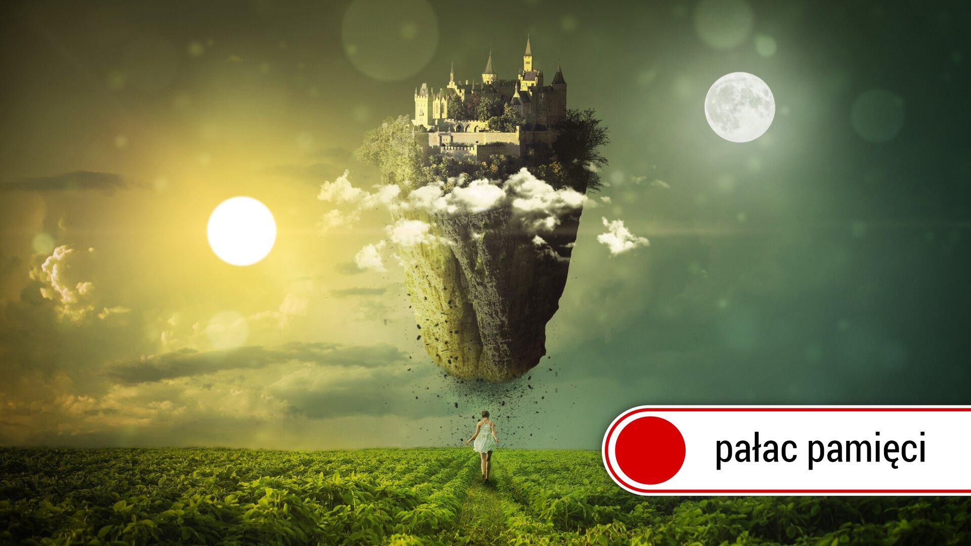 """Zdjęcie przedstawia kobietę wbiałej sukni idącą pośród zielonych traw. Po lewej stronie zdjęcia świeci słońce na tle jasnego nieba. Po prawej stronie zdjęcia widać duży okrągły biały księżyc na tle ciemnego nieba. Pośrodku zdjęcia widać unoszącą się skałę, na której szczycie znajduje się zarys budowli miasta otoczonego wysokim szarym murem. Po prawej stronie, wdolnym rogu zdjęcia znajduje się niewielki biały prostokąt zczerwoną kropką inapisem """"pałac pamięci""""."""