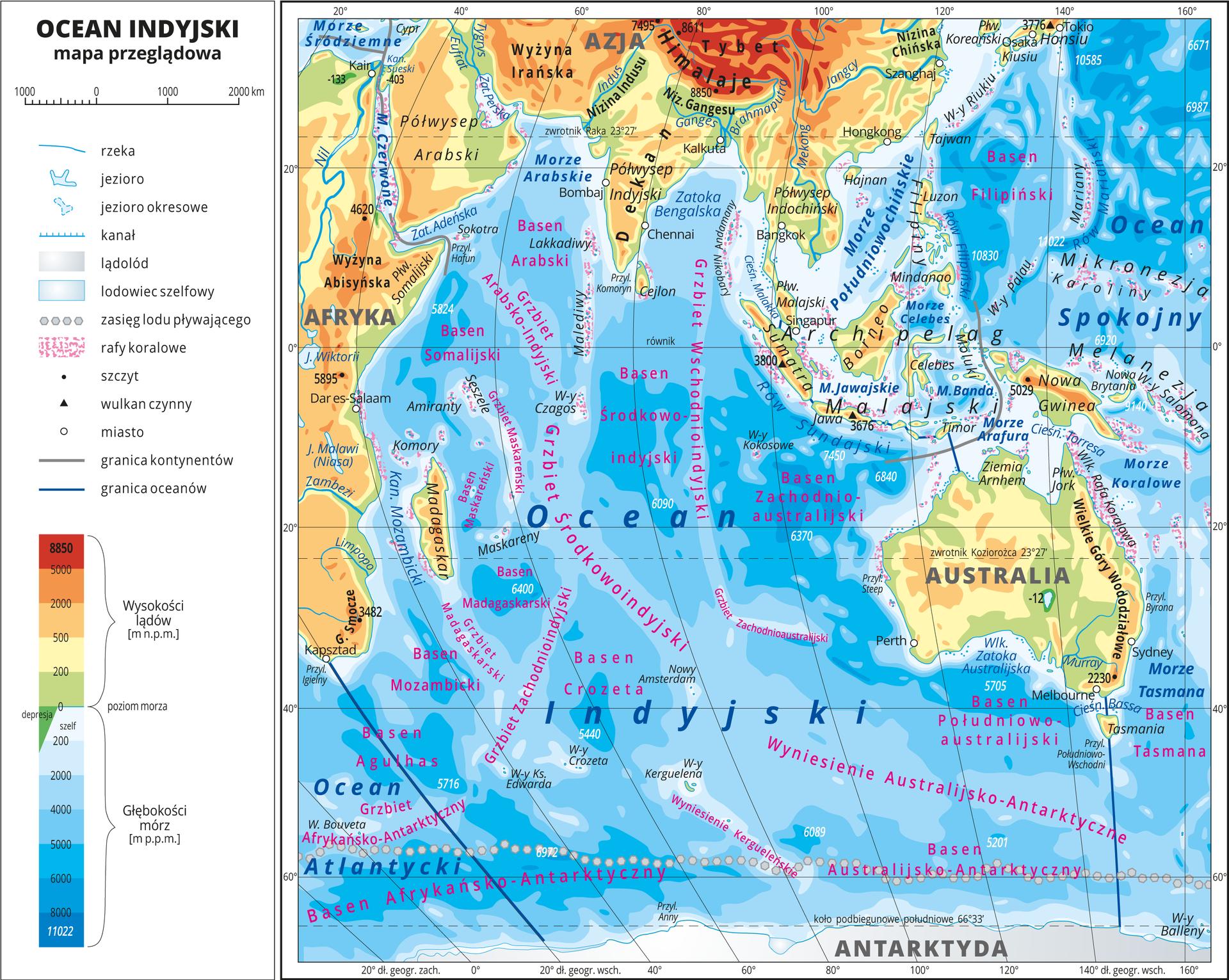 Ilustracja przedstawia mapę przeglądową Oceanu Indyjskiego. Wobrębie lądów występują obszary wkolorze zielonym, żółtym, pomarańczowym iczerwonym. Morza zaznaczono sześcioma odcieniami koloru niebieskiego iopisano głębokości. Ciemniejszy kolor oznacza większą głębokość. Wobrębie wód przeprowadzono granice między oceanami. Na mapie opisano nazwy kontynentów, wysp, głównych pasm górskich, morza izatoki. Oznaczono iopisano największe miasta. Mapa pokryta jest równoleżnikami ipołudnikami. Dookoła mapy wbiałej ramce opisano współrzędne geograficzne co dwadzieścia stopni. Wlegendzie umieszczono iopisano znaki użyte na mapie.