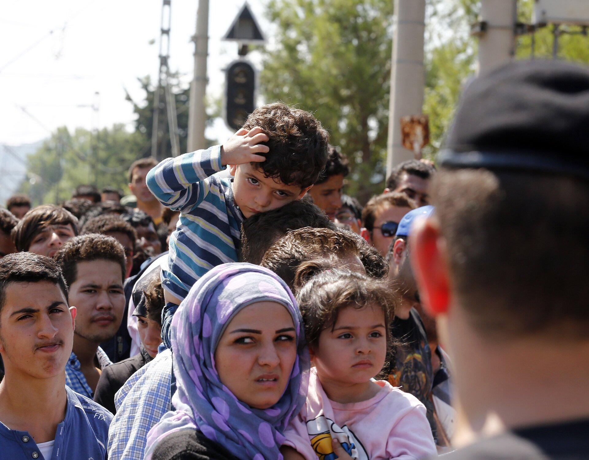 Uchodźcy na granicy grecko-macedońskiej Uchodźcy na granicy grecko-macedońskiej Źródło: Arbeitsbesuch Mazedonien, licencja: CC BY 2.0.