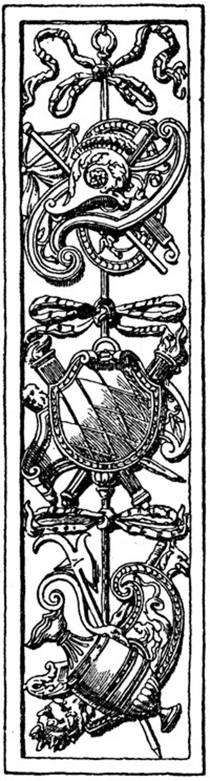Ilustracja przedstawiająca ornament – panoplia. Element dekoracyjny naszkicowany jest czarnym kolorem bez wypełenień. Na ornamencie widoczne są rzeczy tj. zaczynając od góry: coś co kształtem przypomina kuszę, maska. Wśrodkowej części widoczny jest miecz ztarczą, awdolnej części wazon.