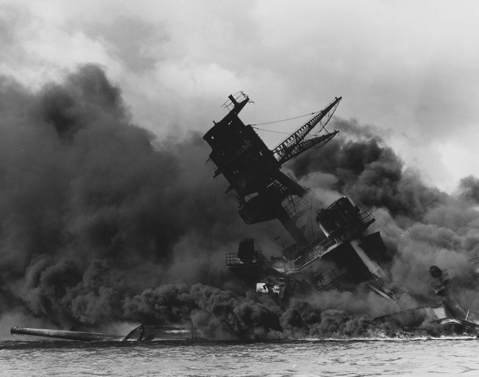Okręt USS Arizona płonący po japońskim ataku na Pearl Harbor Źródło: Okręt USS Arizona płonący po japońskim ataku na Pearl Harbor, Archiwum Narodowe USA, domena publiczna.