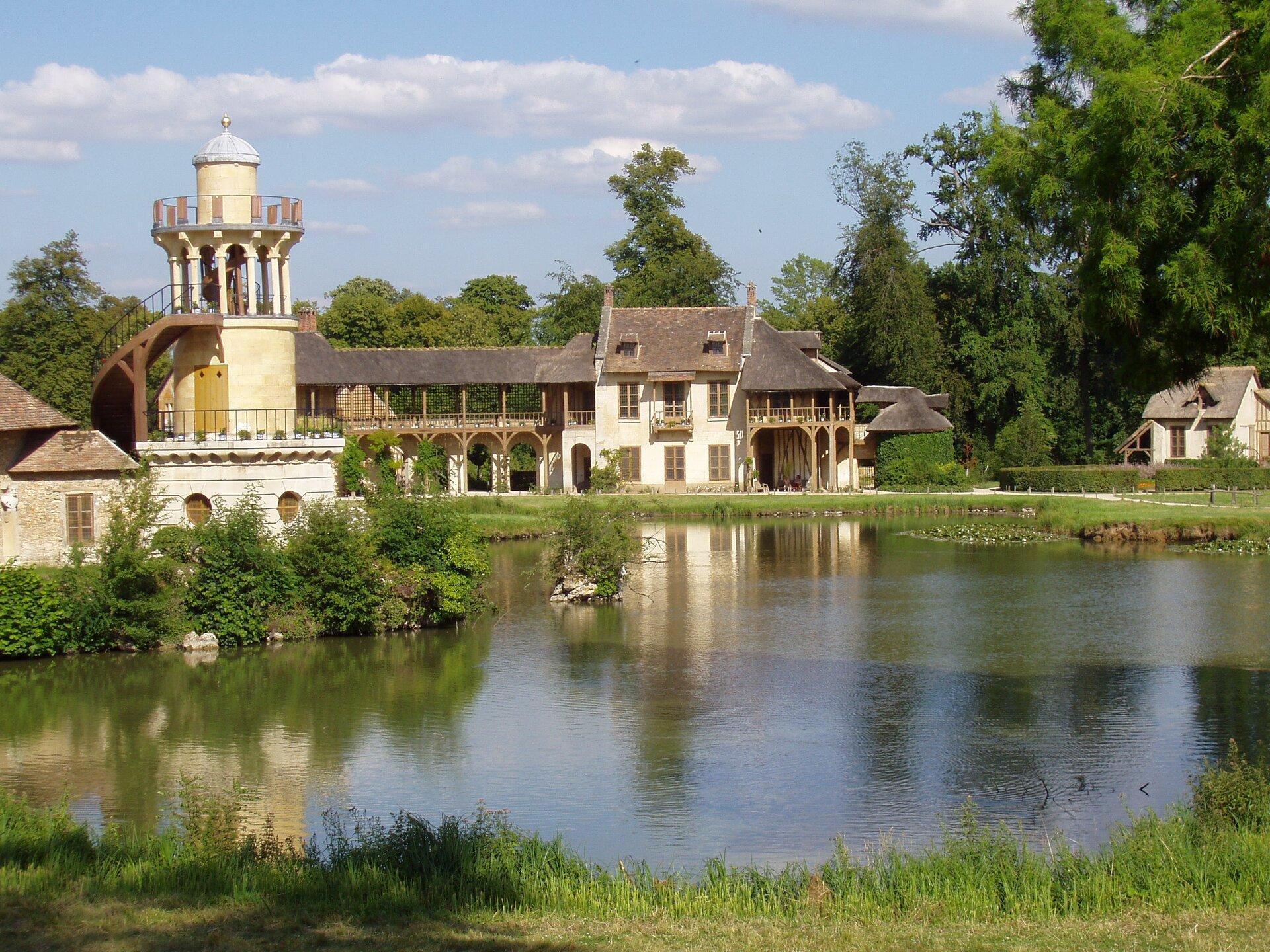 Wioska Marii Antoniny wparku pałacu wersalskiego Wioska Marii Antoniny wparku pałacu wersalskiego Źródło: Daderot, Wikimedia Commons, licencja: CC BY-SA 3.0.