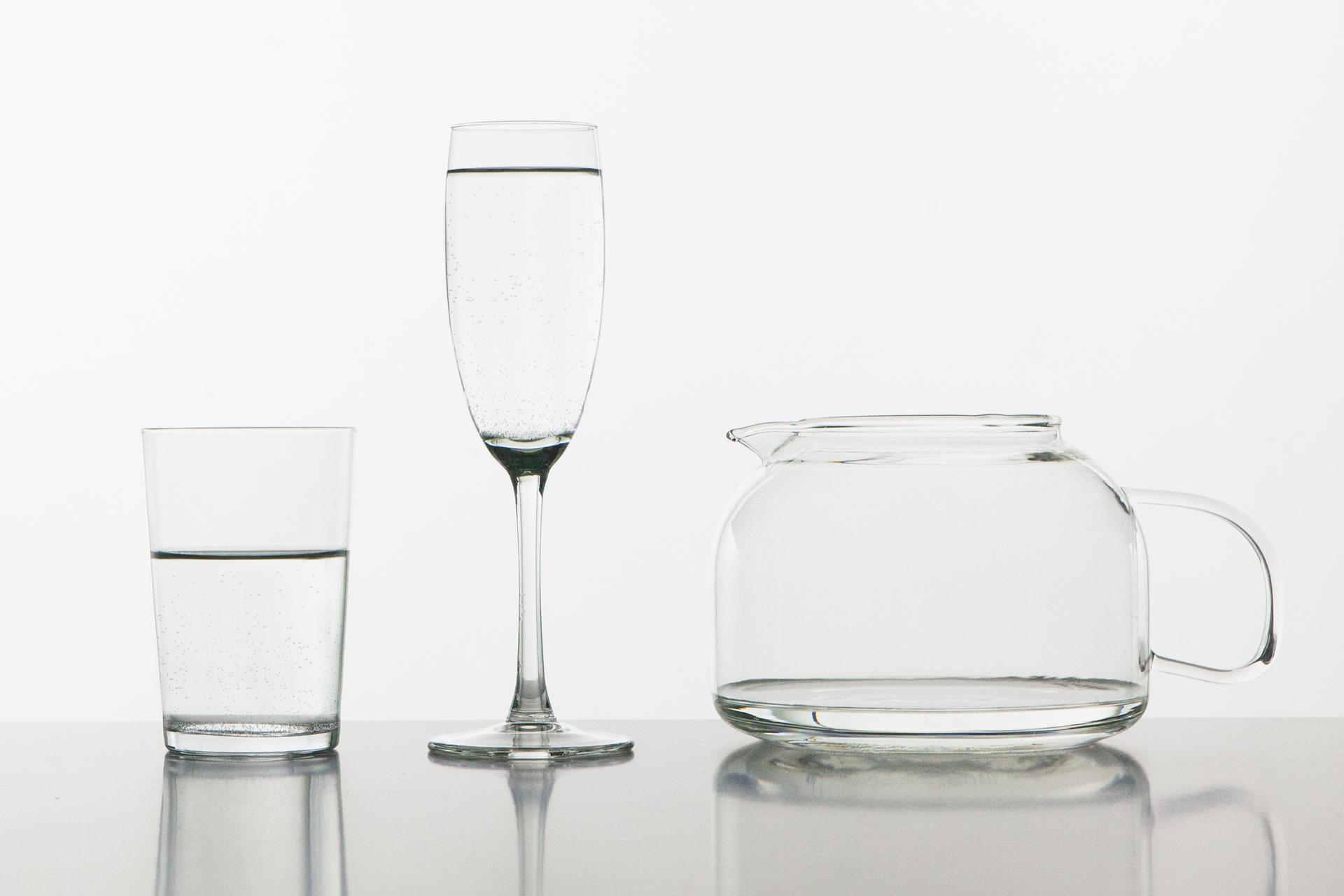 Zdjęcie przedstawiające trzy naczynia oróżnych kształtach wypełnione taką samą objętością wody