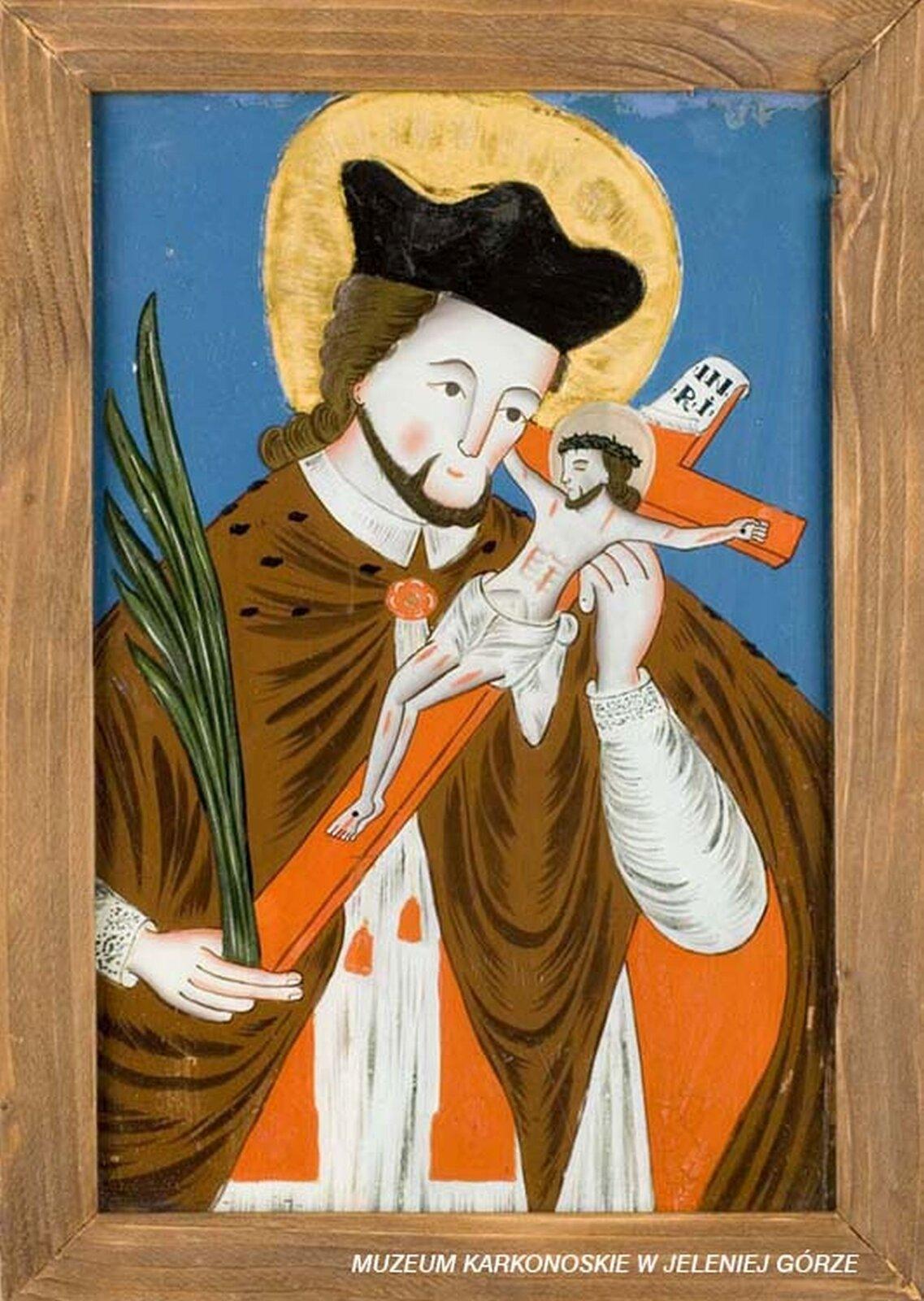 lustracja przedstawia malowidło na szkle, które ukazuje św. Jana Nepomucena. Dookoła jego głowy znajduje się złoty nimb. Święty wjednej dłoni trzyma krzyż, awdrugiej palmę. Mężczyzna ma na głowie czarną czapkę, spod której wystają włosy. Na ramionach brązowawą pelerynę. Zpod peleryny wystaje biały kołnierzyk.