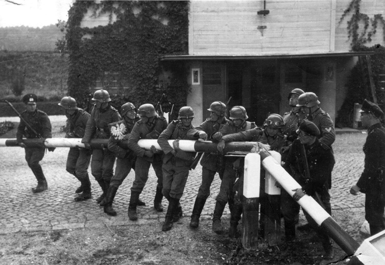 Zdjęcie ukazujące Niemców wyłamujących szlabanna przejściu granicznym wSopocie, dnia 1 IX 1939 r. (zdjęcie wykonanona potrzeby propagandy14 IX, wrzeczywistości 1 IX trwały tam ciężkie walki) Zdjęcie ukazujące Niemców wyłamujących szlabanna przejściu granicznym wSopocie, dnia 1 IX 1939 r. (zdjęcie wykonanona potrzeby propagandy14 IX, wrzeczywistości 1 IX trwały tam ciężkie walki) Źródło: domena publiczna.