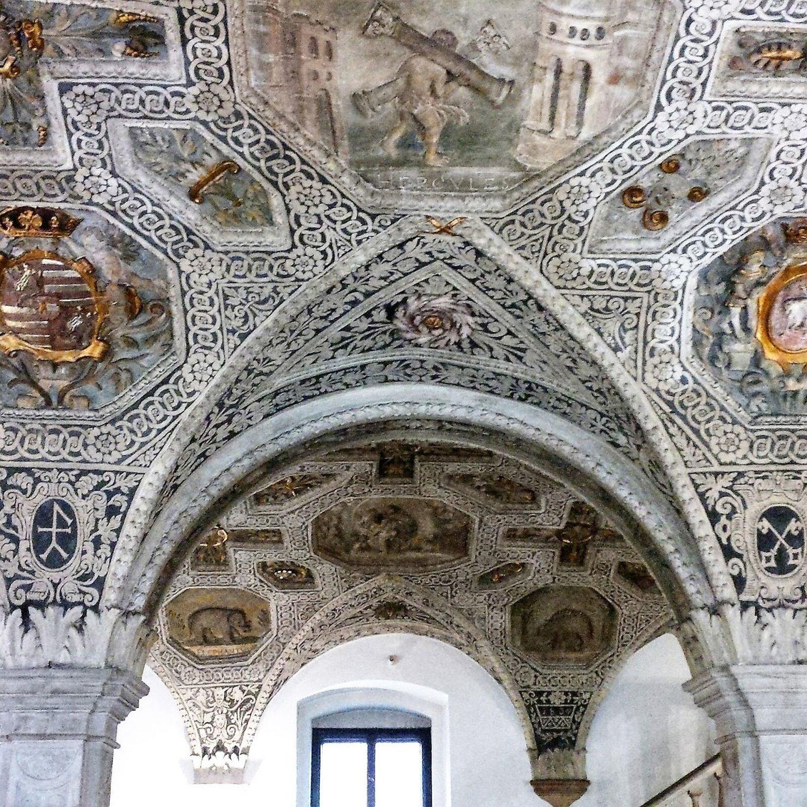 lustracja przedstawia sufit sali rycerskiej wpoznańskim ratuszu. Sufit ten jest bardzo bogato zdobiony. Widoczne są na nim kolorowe ornamenty.