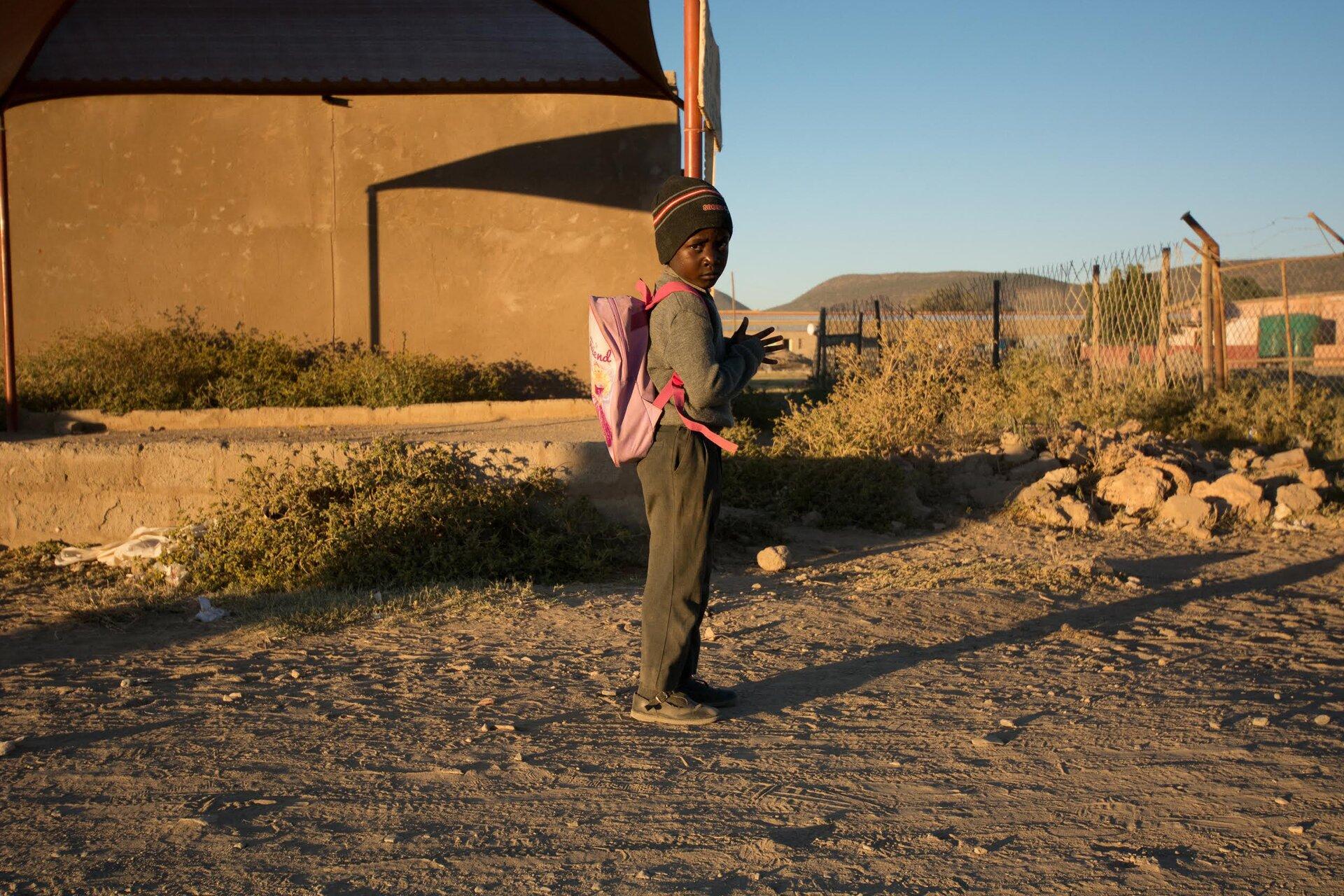 Zdjęcie chłopca idącego do szkoły.