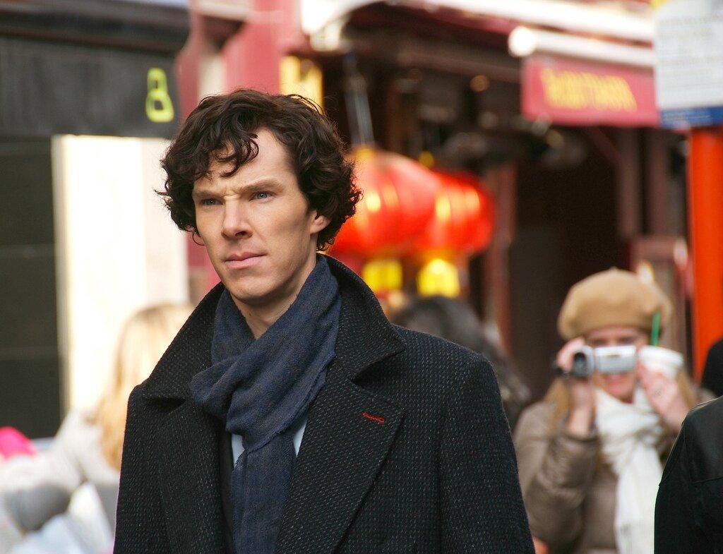 Benedict Cumberbatch wczasie pracy nad serialem Sherlock Benedict Cumberbatch wczasie pracy nad serialem Sherlock Źródło: bellaphon, 2010, fotografia barwna, licencja: CC BY-SA 2.0.