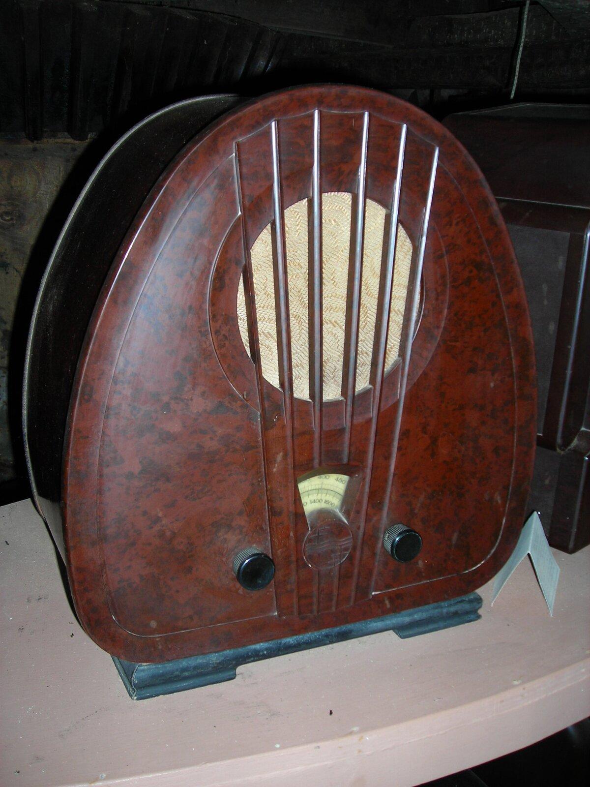 Ilustracja przedstawiająca stare radio