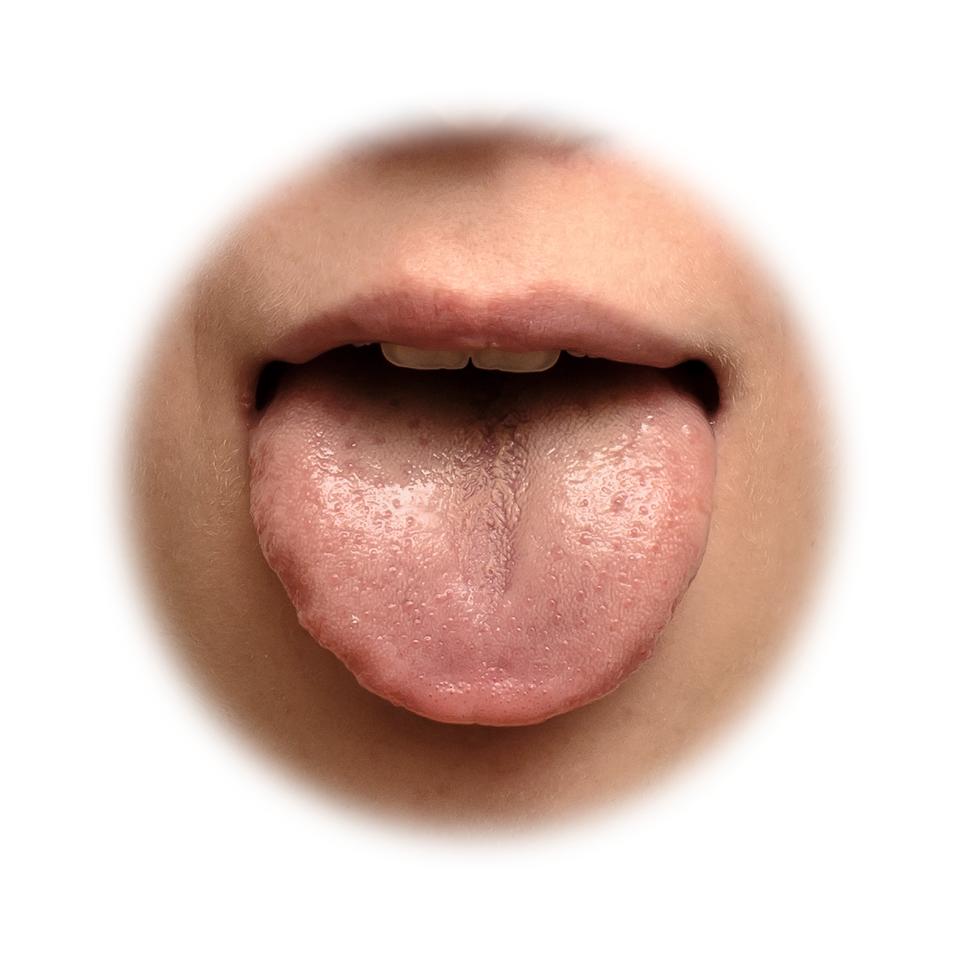 Fotografia przedstawia zbliżenie ludzkiego języka. Dzięki temu narządowi zmysłu człowiek potrafi rozróżnić pięć smaków: słony, słodki, kwaśny, gorzki iumami, zwany również mięsnym.