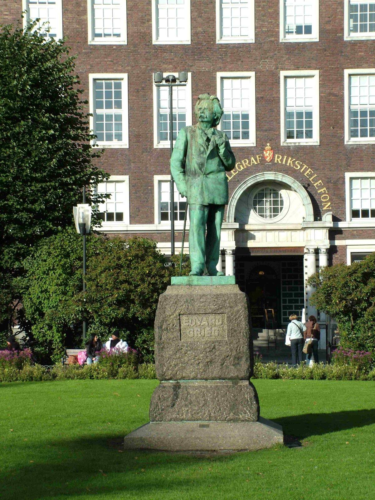 Ilustracja interaktywna przedstawia rzeźbę Edwarda Griega wBergen. Pomnik ukazuje postać starszego, eleganckiego mężczyzny.