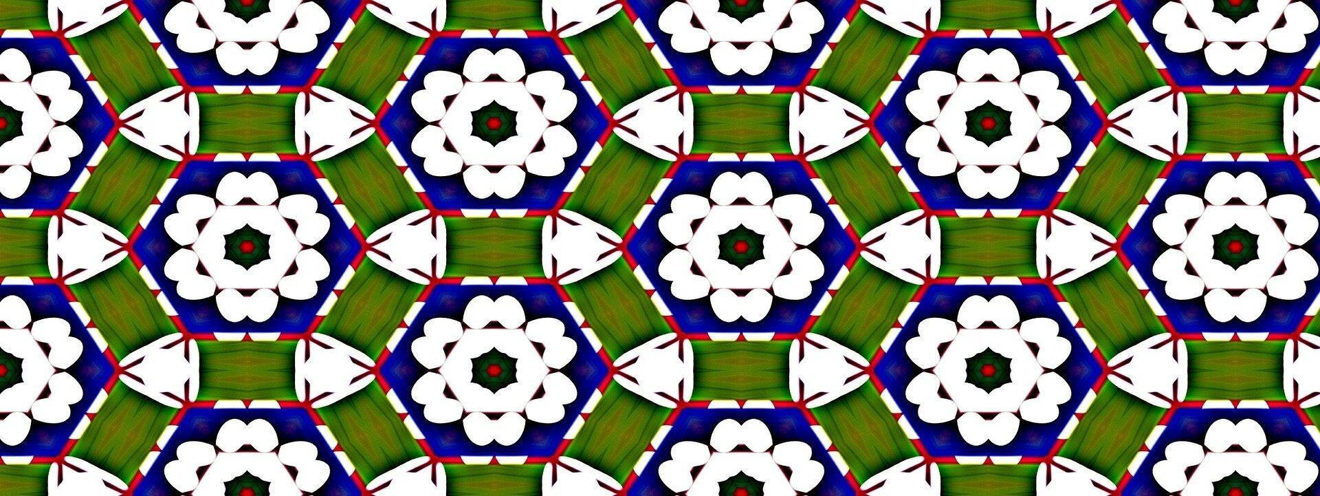 Ilustracja przedstawia kompozycję, do stworzenia której wykorzystano symetryczne, lustrzane odbicia na wzór obrazu kalejdoskopowego. Praca składa się zkilku rodzajów powtarzających się elementów. Największym znich jest granatowy sześciokąt zczerwono-białą obwódką, wktóry wpisany został biały, symetryczny kwiat osześciu płatkach igranatowym środku zczerwoną kropką wcentrum. Na około każdego zgranatowych sześciokątów umieszczone zostały zielone prostokąty, które układają się wkoło. Wszystkie elementy kompozycji powtarzają się tworząc równomierny, symetryczny deseń na podłużnej, horyzontalnej płaszczyźnie obrazu. Praca utrzymana jest wwąskiej, chłodnej, granatowo-zielono-białej gamie barw zakcentami czerwieni.
