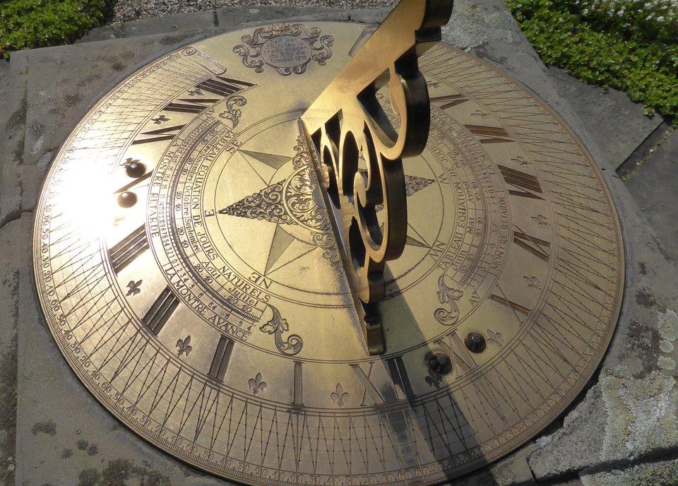 Zegar słoneczny Źródło: domena publiczna.