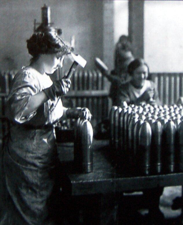 Kobieta pracująca wfabryce Źródło: Kobieta pracująca wfabryce, 1917, domena publiczna.