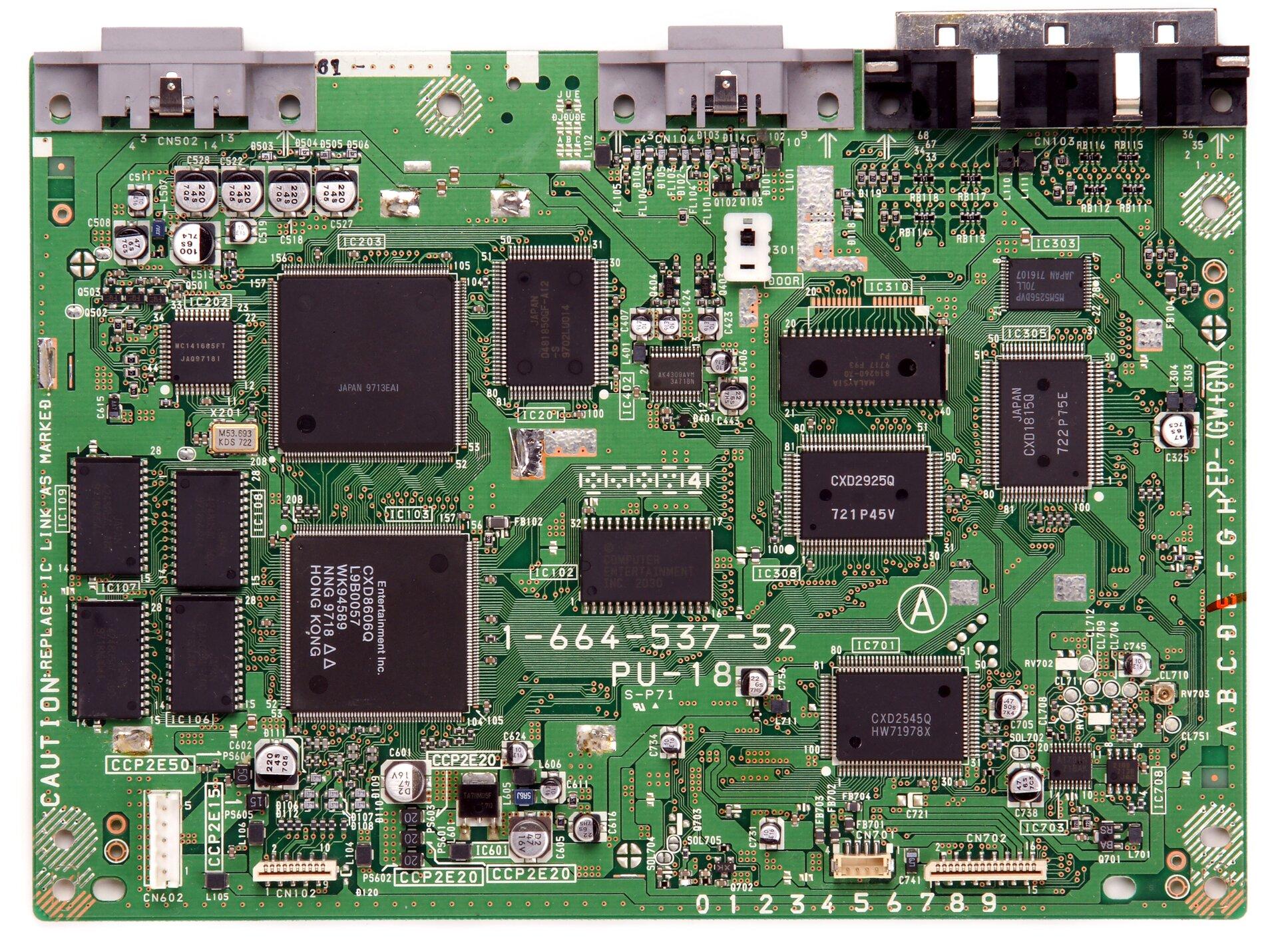Zdjęcie przedstawia skomplikowany układ elektryczny. Jest to zielona płyta, na której zamocowane są różne elementy, połączone elektrycznie tak, aby realizowały określoną funkcję.