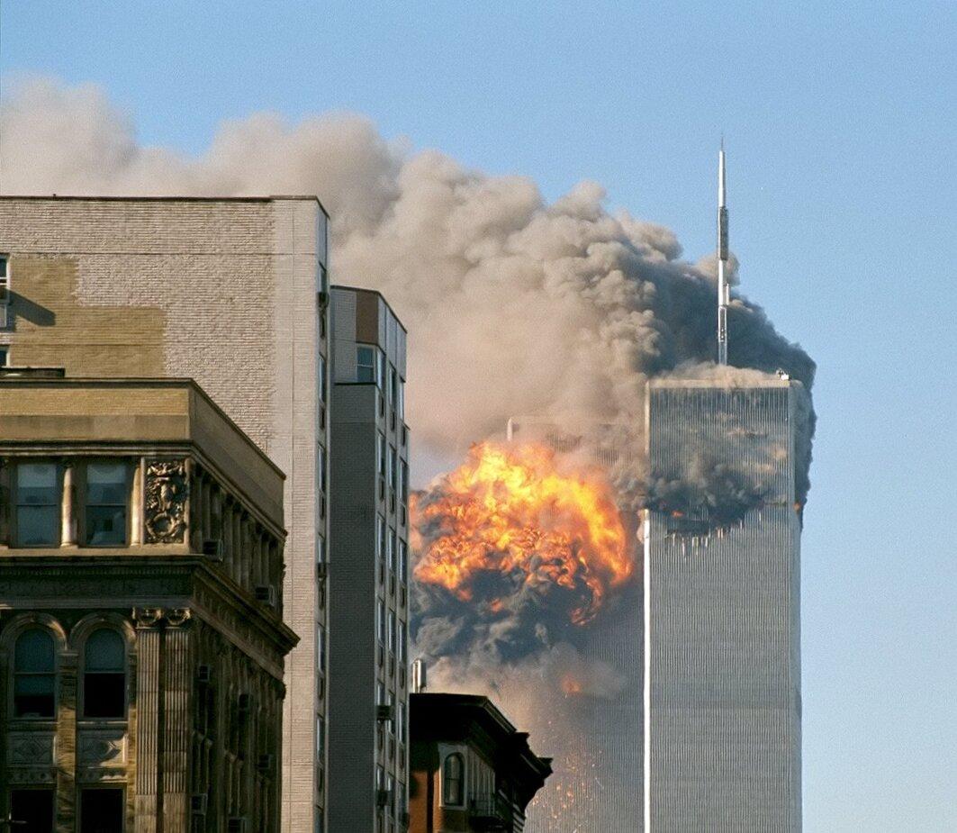 Atak terrorystyczny na wieże World Trade Center wNowym Jorku 11 września 2001 r. Atak terrorystyczny na wieże World Trade Center wNowym Jorku 11 września 2001 r. Źródło: Robert from New York, USA, licencja: CC BY-SA 2.0.