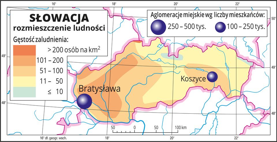 Ilustracja przedstawia mapę Słowacji. Na mapie przedstawiono rozmieszczenie ludności. Kolorami od zielonego (dwie niewielkie plamy) przez żółty do pomarańczowego przedstawiono gęstość zaludnienia. Plamy rozkładają się nieregularnie, wokół miast kolor pomarańczowy oznaczający dużą gęstość zaludnienia, nawet powyżej dwustu osób na kilometr kwadratowy. Na mapie dwie różnej wielkości sygnatury (koła) obrazujące aglomeracje miejskie wg liczby mieszkańców: Bratysława – od dwustu pięćdziesięciu do pięciuset tysięcy mieszkańców. Koszyce – od stu do dwustu pięćdziesięciu tysięcy mieszkańców. Mapa zawiera południki irównoleżniki, dookoła mapy wbiałej ramce opisano współrzędne geograficzne.