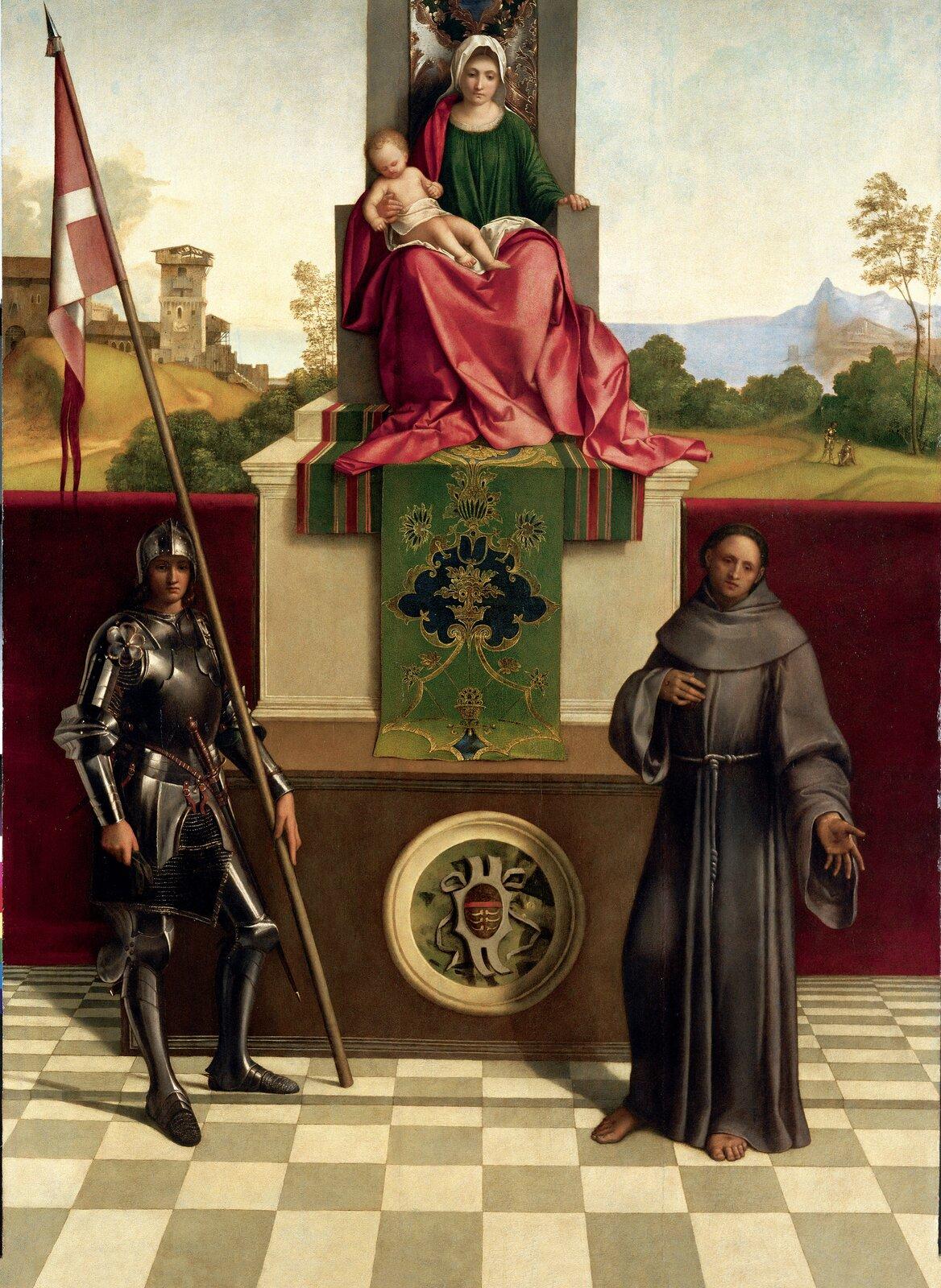 """Ilustracja interaktywna okształcie pionowego prostokąta przedstawia obraz Giorgione'a """"Madonna zCastelfranco"""". Wcentrum obrazu znajduje się wysoki tron, na którym siedzi Madonna zmałym Jezusem na kolanach. Ma na sobie zieloną suknię iczerwony, długi płaszcz. Pod tronem znajduje się zielony dywan zwzorami, opuszczony wdół na wysoki postument, dekorowany okrągłym herbem. Maria lewą rękę opiera na poręczy tronu, prawą podtrzymuje dziecko przepasane białą szatą. Po lewej stronie stoi rycerz wzbroi trzymając wlewym ręku chorągiew na długim drzewcu. Po prawej stoi bosy zakonnik wbrązowej szacie. Lewą rękę ma skierowaną wstronę widza, prawą wskazuje na pierś. Wtle obrazu widoczny jest pejzaż zfragmentem miasta. Tło stanowi jasne niebo zwidocznym woddali pasmem gór."""