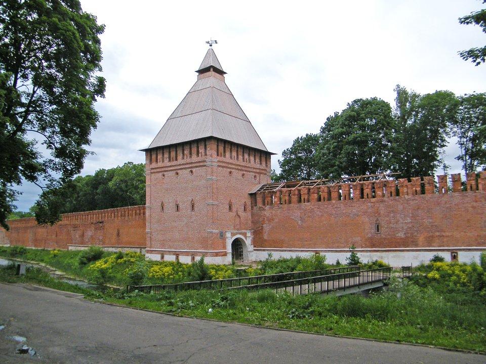 Fragment murów obronnych twierdzy wSmoleńsku Wkwietniu 1514 roku - wtrakcie wojny litewsko-moskiewskiej -wojska Wielkiego Księstwa Moskiewskiegorozpoczęły oblężenie Smoleńska. Twierdza uważana była za niezdobytą. Wojewoda smoleński Jerzy Sołłohub,obejmując urząd, złożył uroczystą przysięgę utrzymania twierdzy aż do gardła swego. Pierwszy raz jednak Smoleńsk miał zostać narażony na tak nasilony ostrzał artyleryjski.Wobec braku spodziewanej odsieczy lubwobawie przed buntem załogi, wojewodapodjął decyzję okapitulacjiipoddał twierdzę Rosjanom.Po wygranej bitwie pod Orszą wojska litewskie podjęły próbę odbicia Smoleńska, która zakończyła się jednak niepowodzeniem. W1522 rokuzostał podpisany pokój, na mocy którego Smoleńsk przeszedł we władanie Moskwy. Źródło: Borys Mawlutov, Fragment murów obronnych twierdzy wSmoleńsku, 2012, fotografia, licencja: CC BY-SA 3.0.