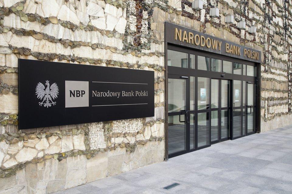 Wejście główne do siedziby Narodowego Banku Polskiego Źródło: Andrzej Barabasz, Wejście główne do siedziby Narodowego Banku Polskiego, licencja: CC BY-SA 3.0.