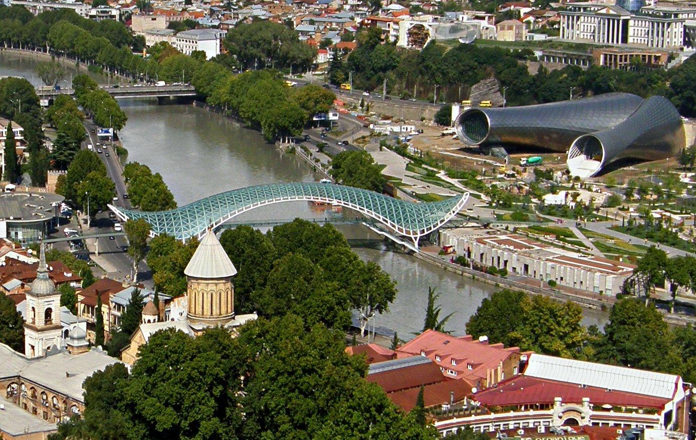 Nowoczesne budowle wTbilisi- Most pokoju iFilharmonia Nowoczesne budowle wTbilisi- Most pokoju iFilharmonia Źródło: T. Maniewski, licencja: CC BY 3.0.