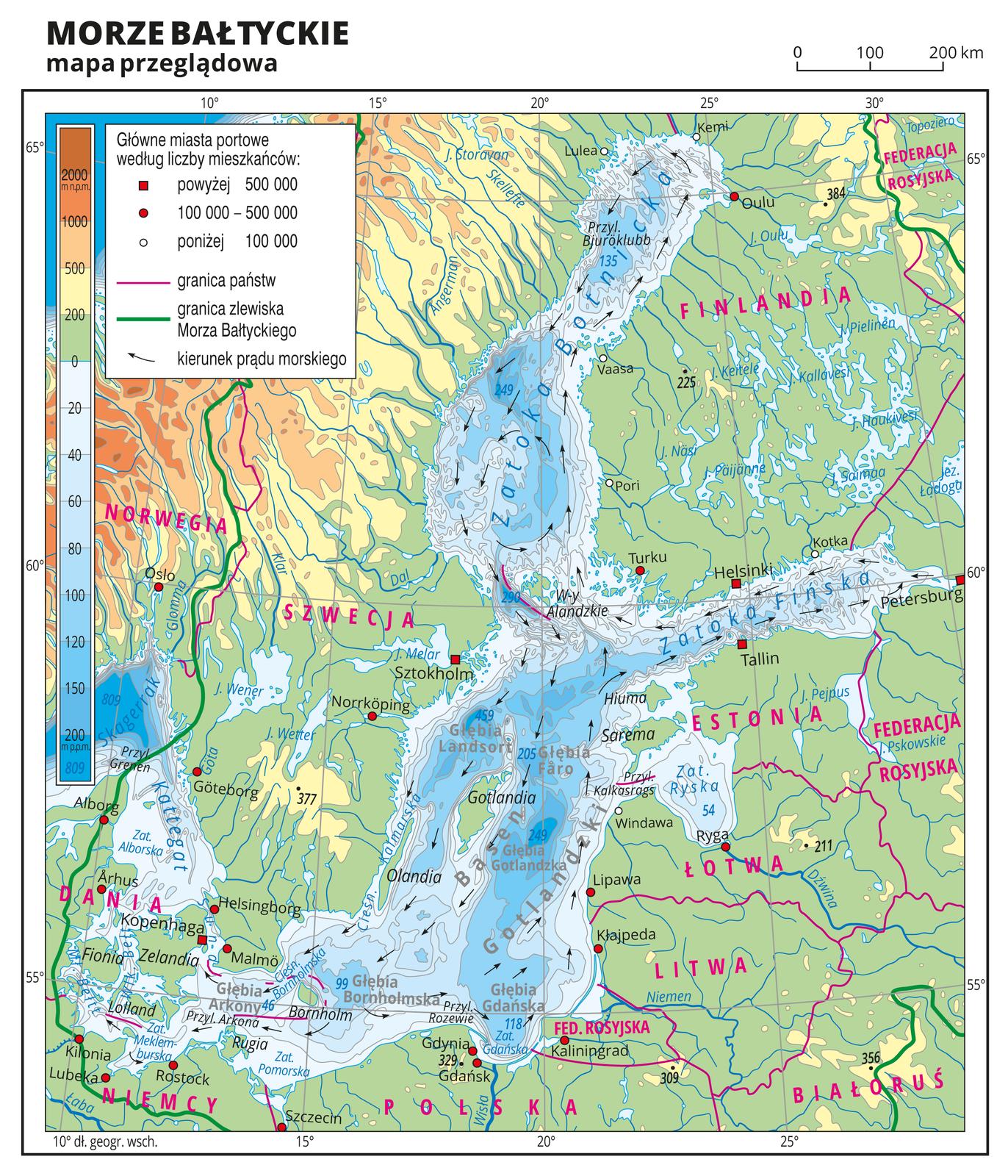 Ilustracja przedstawia mapę przeglądową Morza Bałtyckiego. Na mapie hipsometrycznej zprzewagą obszarów nizinnych wkolorze zielonym opisano nazwy wysp, państw, mórz, zatok, cieśnin, rzek ijezior. Oznaczono iopisano miasta, wyróżniono stolice. Czerwonymi liniami zaznaczono granice państw, azieloną linią oznaczono granicę zlewiska Morza Bałtyckiego. Wobrębie Morza Bałtyckiego oznaczono strzałkami kierunek prądów morskich iopisano nazwy głębi ibasenów. Wwybranych miejscach opisano głębokości. Mapa pokryta jest równoleżnikami ipołudnikami. Dookoła mapy wbiałej ramce opisano współrzędne geograficzne co pięć stopni. Wlegendzie umieszczono iopisano znaki ikolory użyte na mapie.
