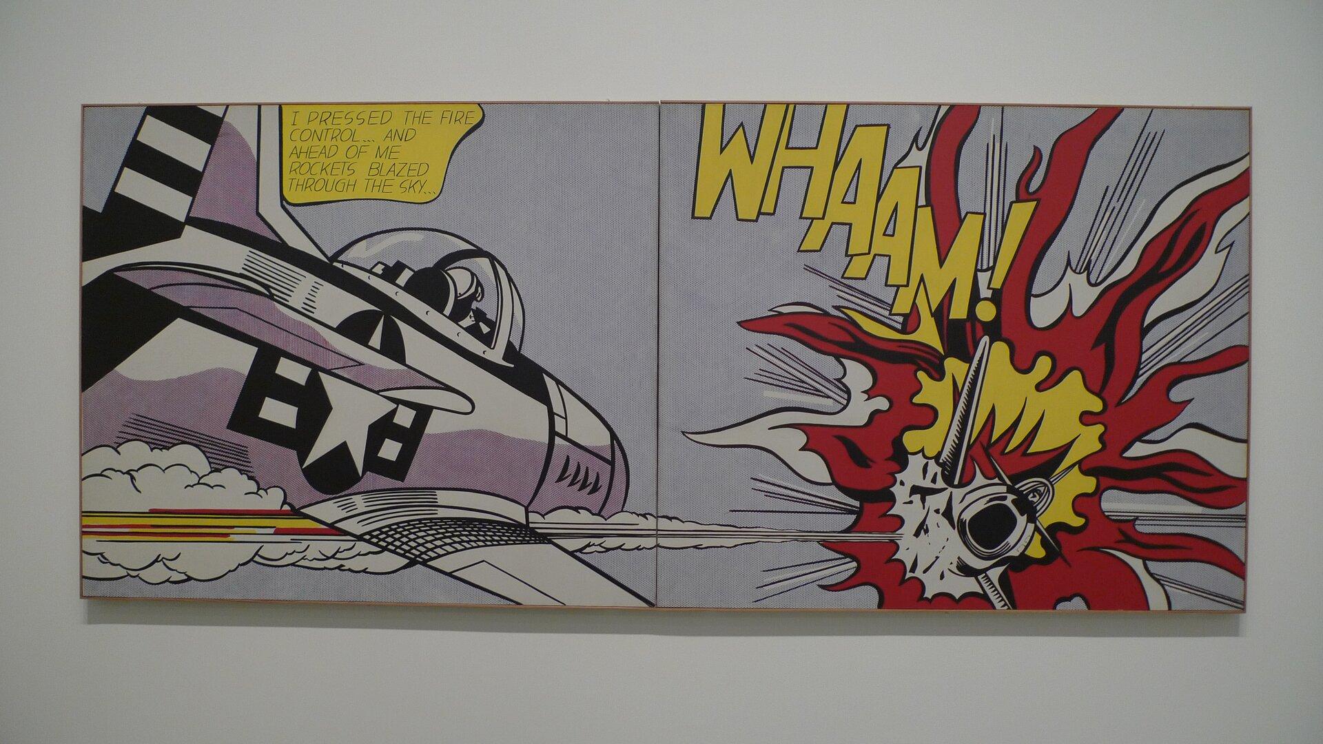 """Ilustracja przedstawia dzieło Roya Lichtensteina Roya Lichtensteina """"WHAM!"""", na którym po lewej stronie ukazany jest fioletowo-biały samolot, anaprzeciwko wczerwono-żółto-białych płomieniach drugi. Do płomieni dołączony jest napis sugerujący dźwięk """"WHAM"""" zwykrzyknikiem. Wszystkie elementy barwne otoczone są czarną linią konturu. Nad pierwszym samolotem znajduje się chmurką ztekstem, jak wkomiksie."""